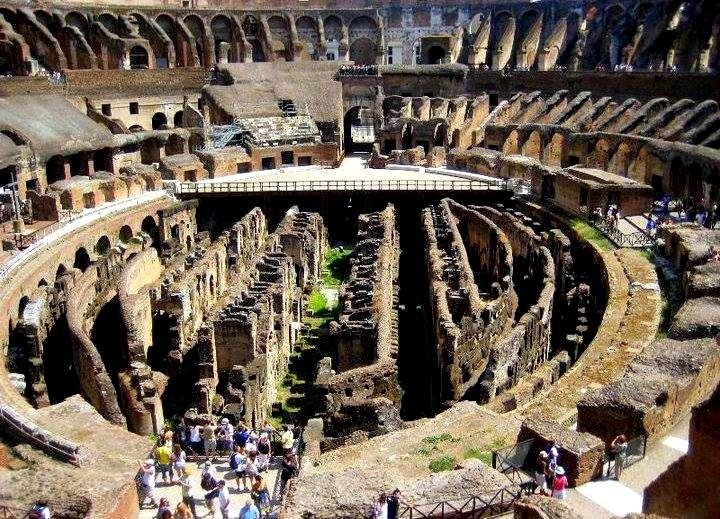 Kolezyum (Colesseo)'un İç Görüntüsü-Roma. Üçüncü Kattan Arenanın İçi