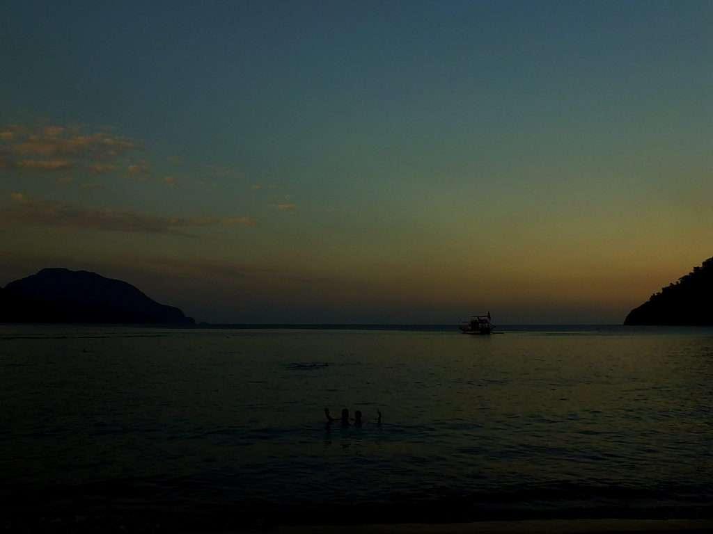 Plajda günbatımı