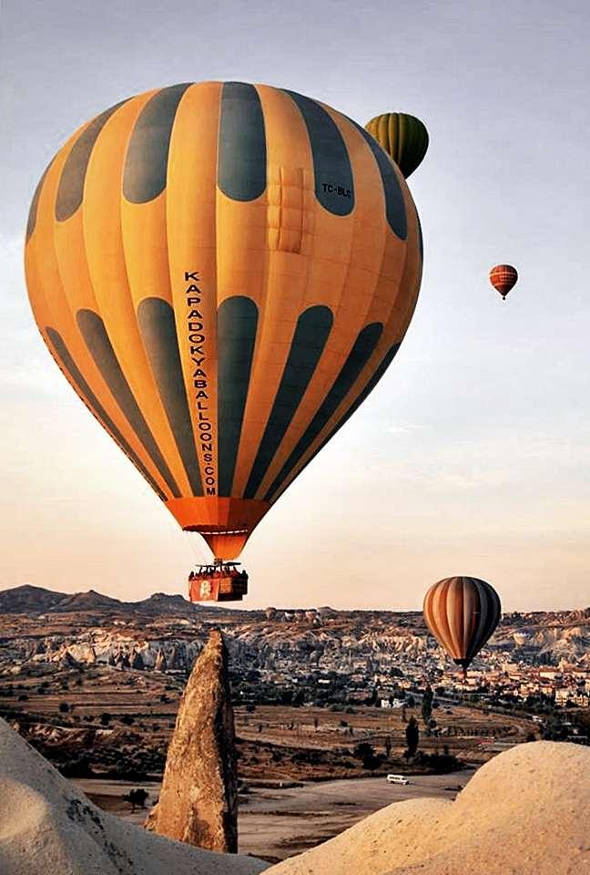 Kapadokya Balon Kalkış Anı -Peri bacalarının Üzerinde Yükselen Balonlar