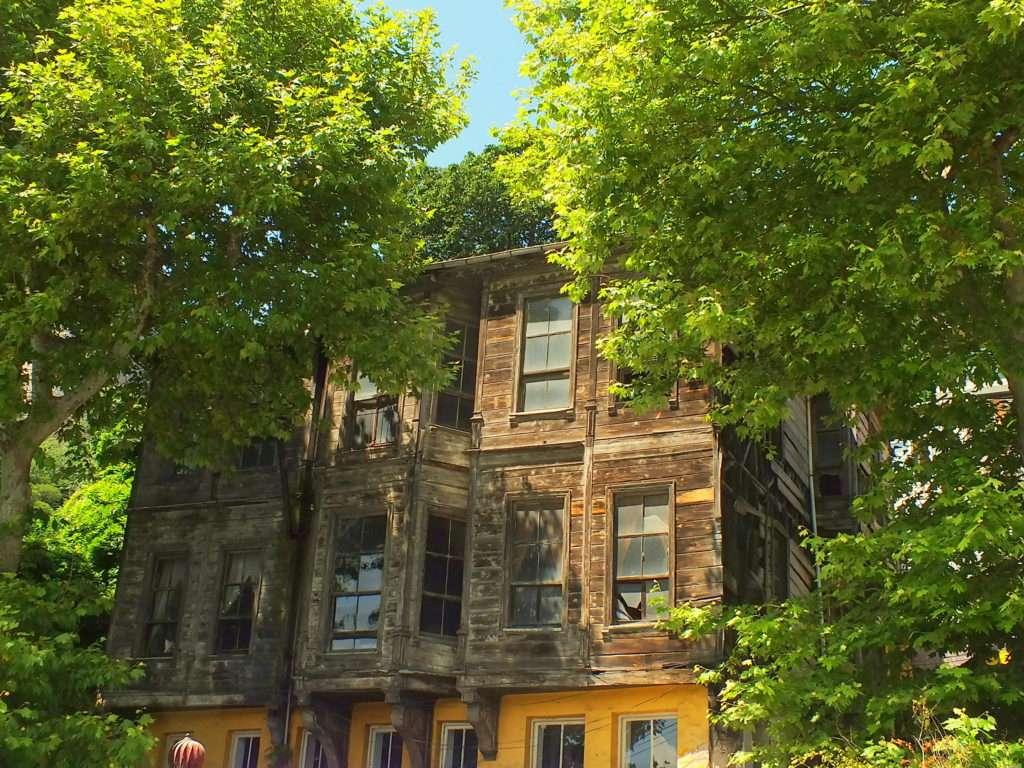 Cadde Üzerinde Eski Bir Ev