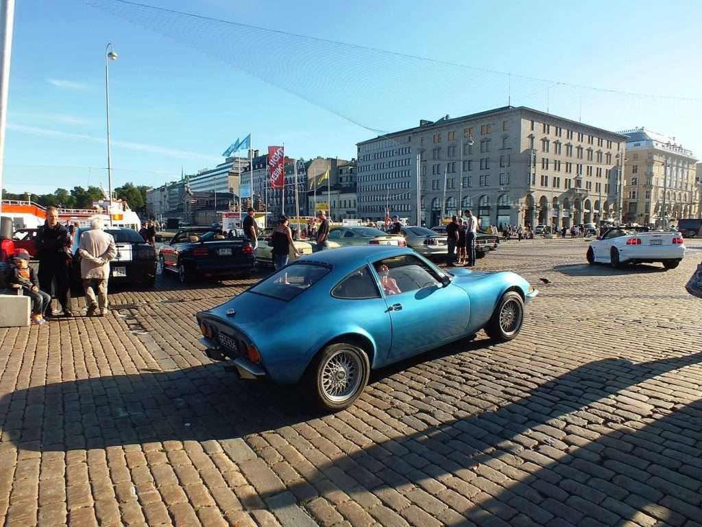 Meydanı Terk Eden Arabalar