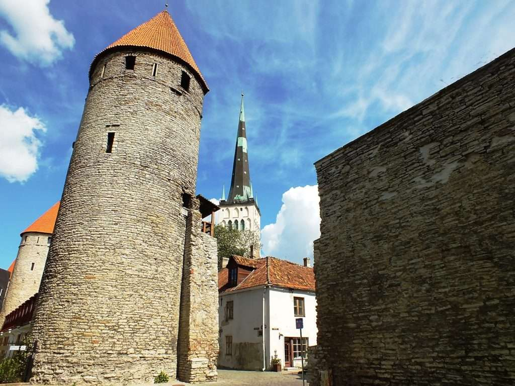 Nunna Torn, Sauna Torn, Kuldjala Torn (Tallinn Şehir Surları Nunna, Sauna ve Kuldjala Kuleleri) ve Oleviste kogudus (Aziz Olaf Kilisesi)