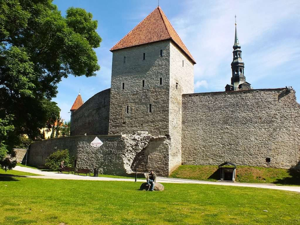 Tallitorn ja Linnamüüri Platvorm (Sabit Kule ve Kale Duvarı Yürüyüş Platformu)