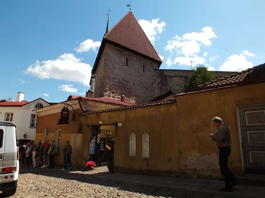 Toompea Tepesi Lühikese Jala Väravatorn (Kısa Bacak Kulesi)