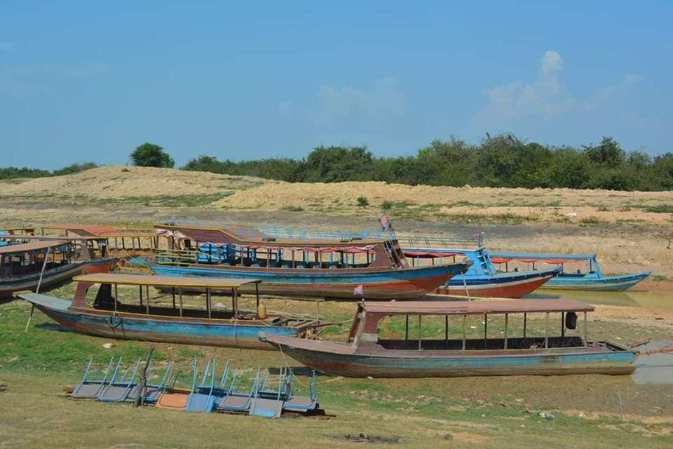 Çekilmiş Tonle Sap Gölü'nde Karaya Çekilmiş Botlar