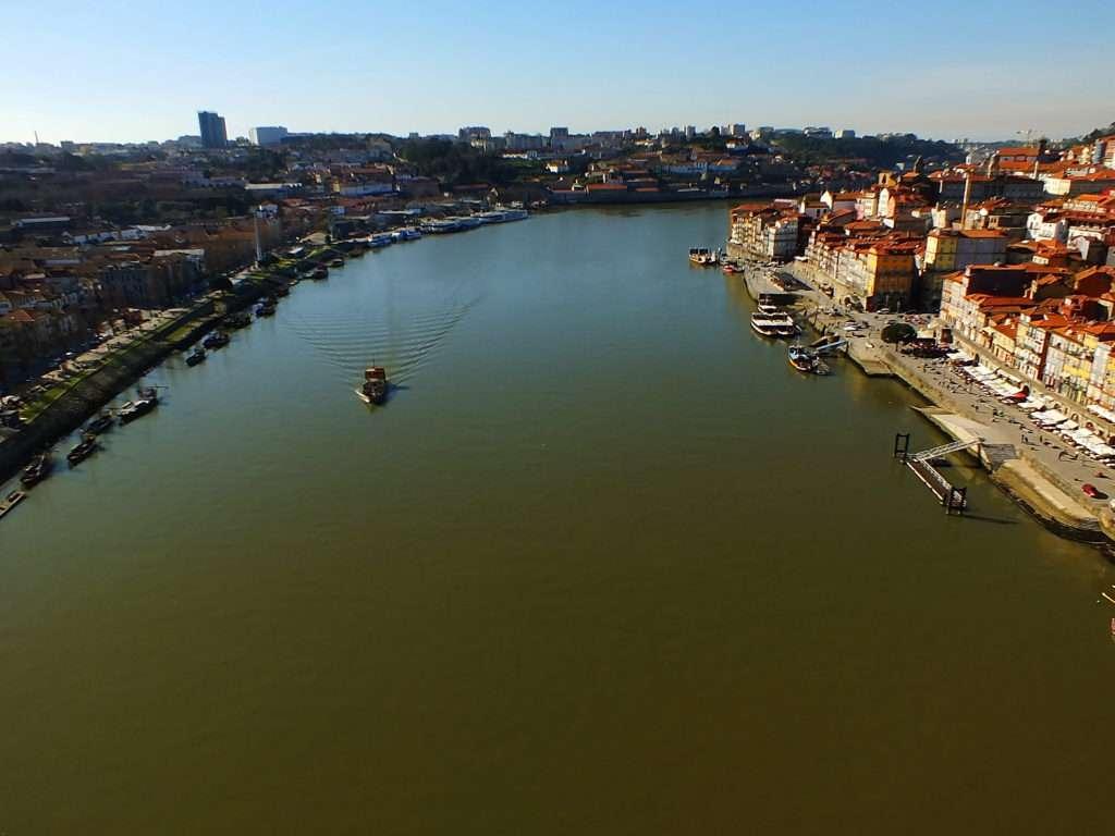 Bulutsuz Havada Öğlen Köprüden Douro Nehri
