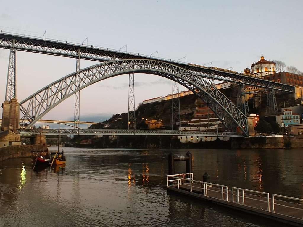Köprüden Geçen D Hattı Metrosu (Sarı Hat)