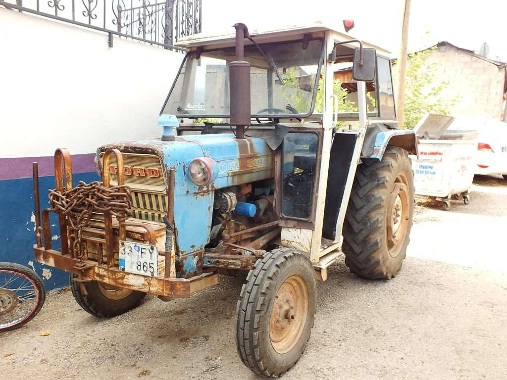 Kahvenin Önünde Bir Traktör