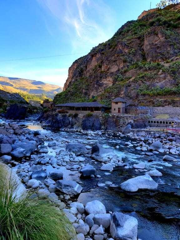 Baños termales de Chacapi, a un costado del rio Colca