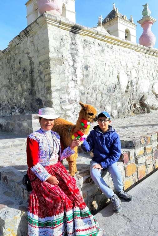 Gabriel con una pobladora de Maca.