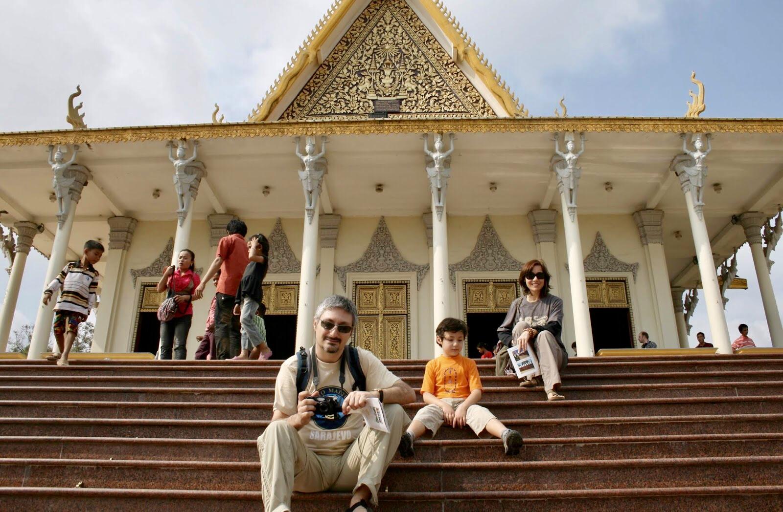 Phnom Penh Kraliyet Sarayı'nın Merdivenlerinde Eşim ve Oğlumla